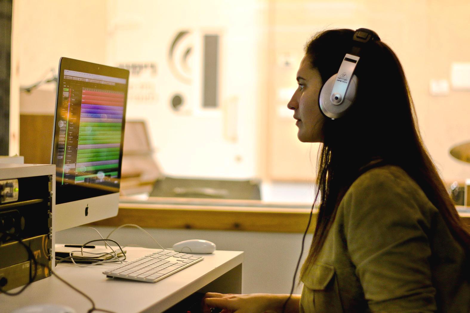 מחשבים בחורה טכנולוגי מואר