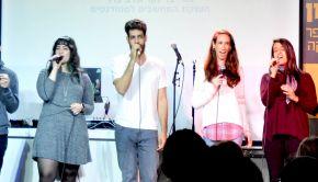 2 זמרים במה הופעה
