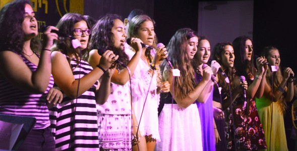 נוער זמרת זמרות מיקרופון שירה במה