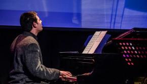 פסנתר במה מנגן ג׳אז אינסטיטיוט