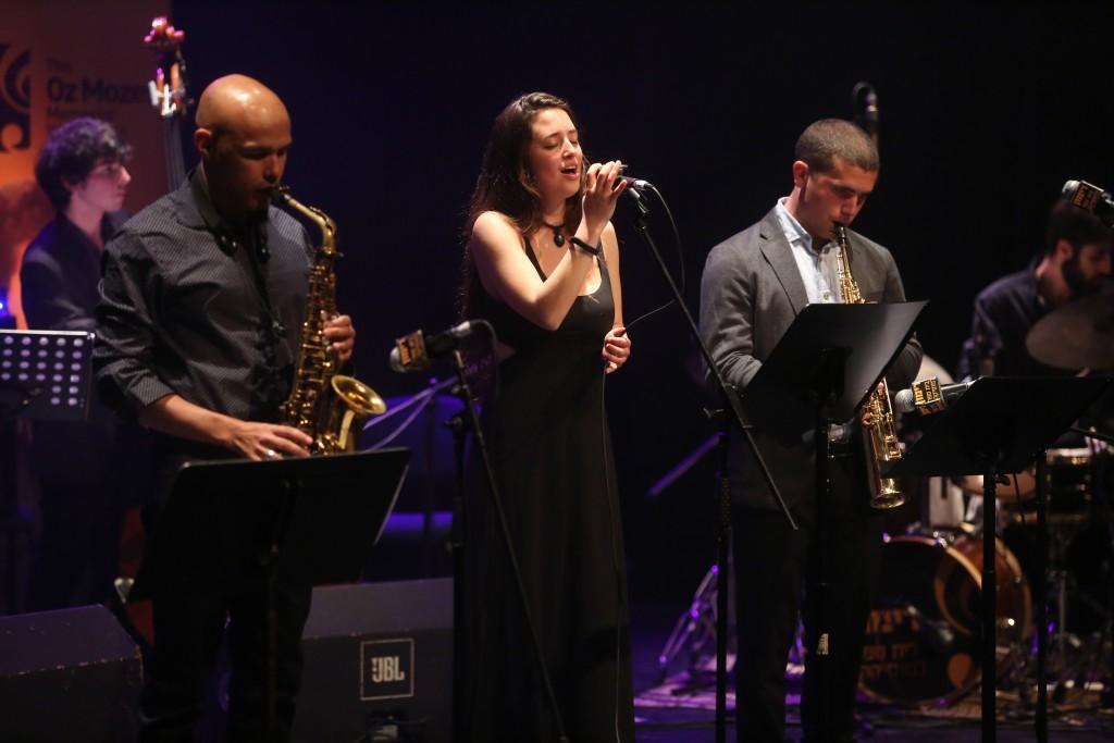זמרת ג'אז סקסופון מיגל זנון במה