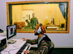 חדר הקלטות מקליטים שרים מנגנים רמקול מיקרופון טכנולוגי אוזניות מחשבים