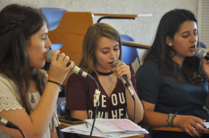 נערות שרות בקייטנות המוסיקה