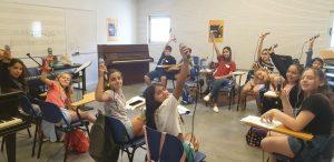 תלמידים בשיעור בקייטנות המוסיקה