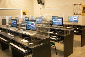 עמדות לימוד מוסיקה בכיתה בבית ספר למוזיקה רימון