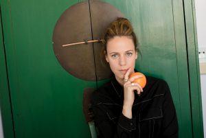 רונה קינן מחזיקה תפוז