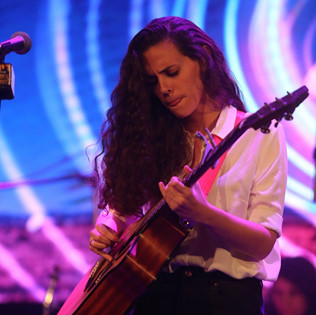 תלמידה מנגנת בגיטרה