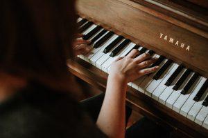 אדם מנגן בפסנתר