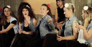 בנות רוקדות ושרות במחזמר