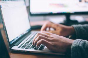 ידיים מקלידות על מחשב נייד