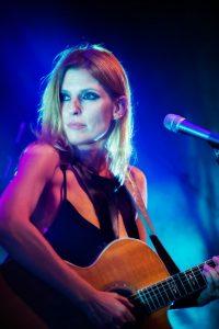 המרצה דנה ברגר מנגנת בגיטרה